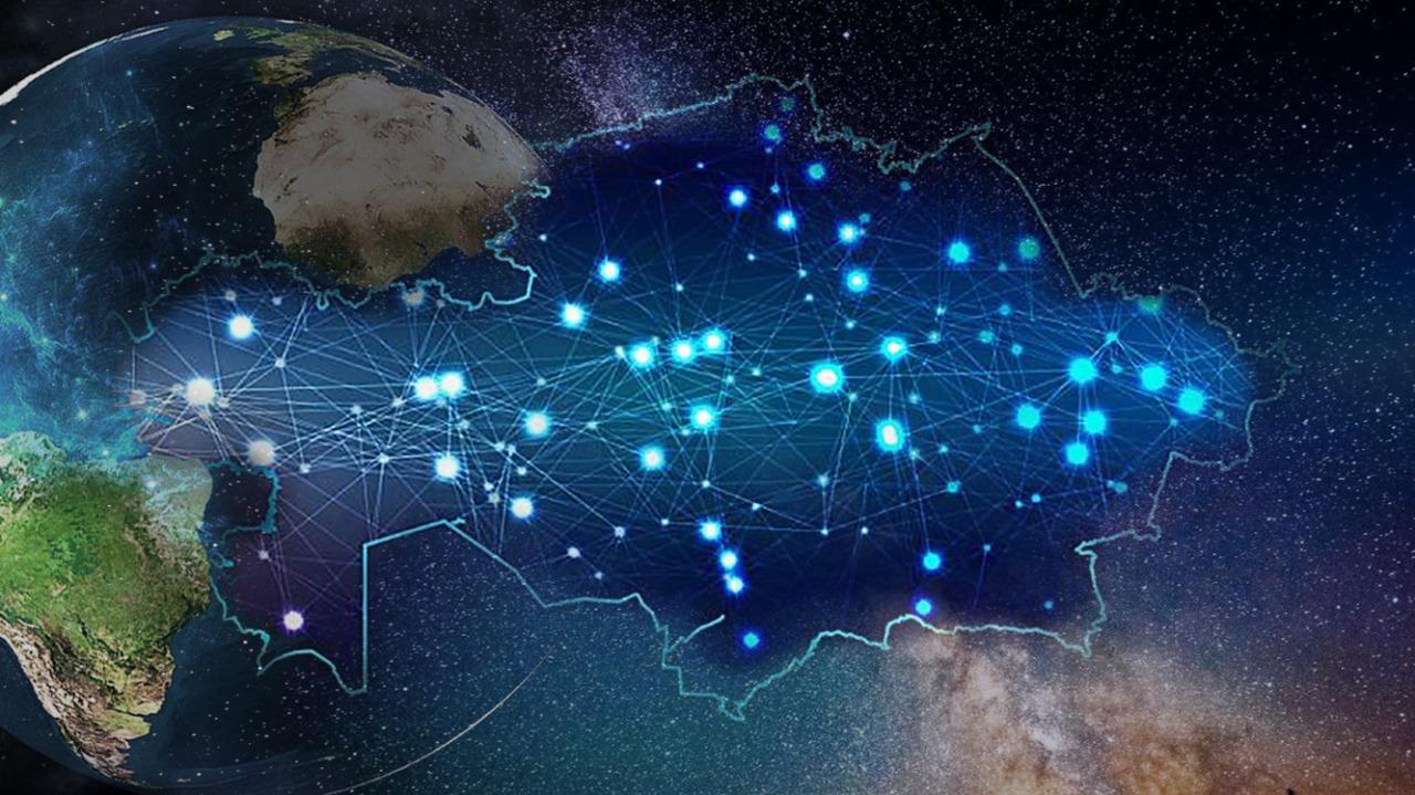 Грузовик с газовыми баллонами перевернулся в Алматы