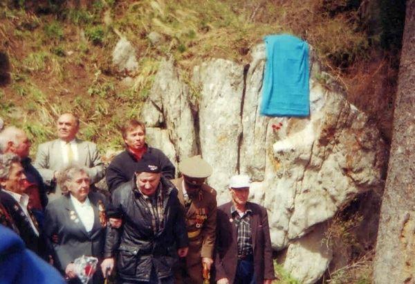 Открытие мемориальной доски Школы горных стрелков в Горельнике, 7 мая 2000 г